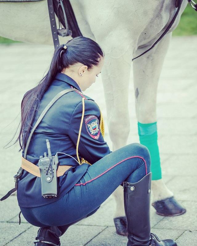 Danh tính của nữ cảnh sát xinh đẹp vẫn chưa được tiết lộ vì binh sĩ này dường như không sử dụng mạng xã hội. Một số trang tin của Nga cho rằng cô có thể là Tatyana Zimina, một trung sĩ thuộc lực lượng cảnh sát thủ đô Moscow. (Ảnh: Twitter/SRS@VDV)
