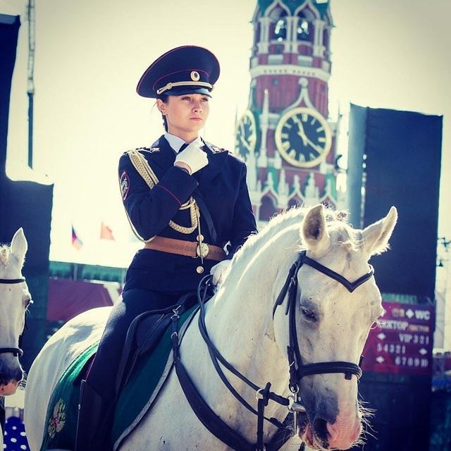 Vẻ đẹp của nữ binh sĩ cưỡi ngựa trắng làm xôn xao mạng xã hội Nhật Bản (Ảnh: Twitter/SRS@VDV)