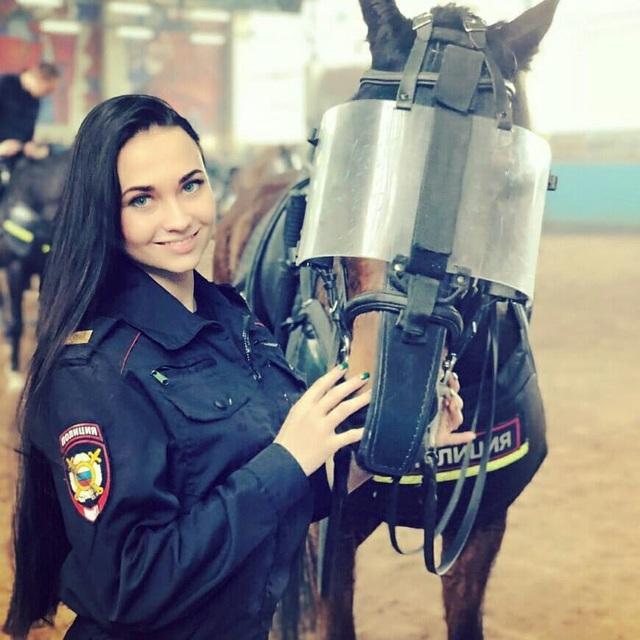 Nhiệm vụ của Zima là đảm bảo an ninh cho các sự kiện cộng đồng như các buổi diễu hành hay trận bóng đá. Sắp tới Zima sẽ khá bận rộn vì cô sẽ cùng các đồng nghiệp nhận nhiệm vụ bảo đảm an ninh cho World Cup diễn tại Nga. (Ảnh: Instagram)