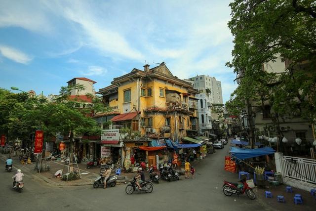 Phố phường Hà Nội nhìn từ trên tầng 2 xe buýt.