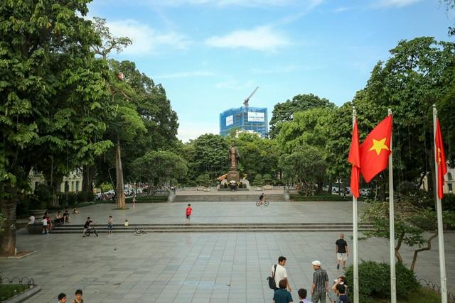 Lộ trình xe buýt 2 tầng được thiết kế đi qua nhiều địa điểm nổi tiếng ở Hà Nội. Trong ảnh là tượng đài Lý Thái Tổ từ góc nhìn trên xe.