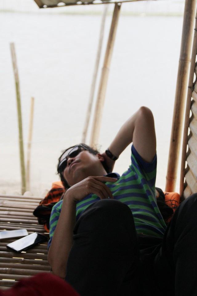Giấc ngủ trưa của vị khách bên sóng nước dập dìu và làn gió mát rượi từ phá Tam Giang thổi vào