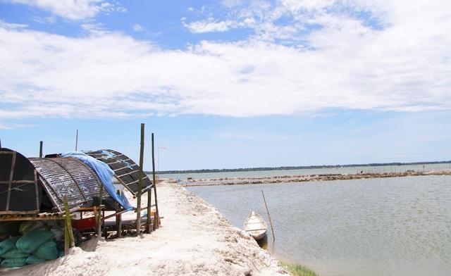 Một nhà chồ nằm trên cạn, bên cạnh là khoảnh đầm nuôi hải sản