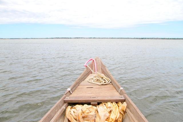 Chiếc thuyền cỏn con chạy bằng động cơ đưa chúng tôi ra với đầm phá Tam Giang lồng lộng sóng nước nơi ngày xưa nổi tiếng với câu Thương em anh cũng muốn vô - Sợ Truông Nhà Hồ, sợ Phá Tam Giang