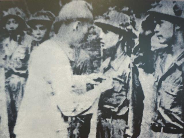 Chủ tịch Hồ Chí Minh thưởng huy hiệu Chiến sĩ Điện Biên Phủ cho cán bộ, chiến sĩ lập công, tham gia chiến đấu ở mặt trận Điện Biên Phủ, VIệt Bắc, tháng 5/1954. (Ảnh: Bảo tàng Hồ Chí Minh).