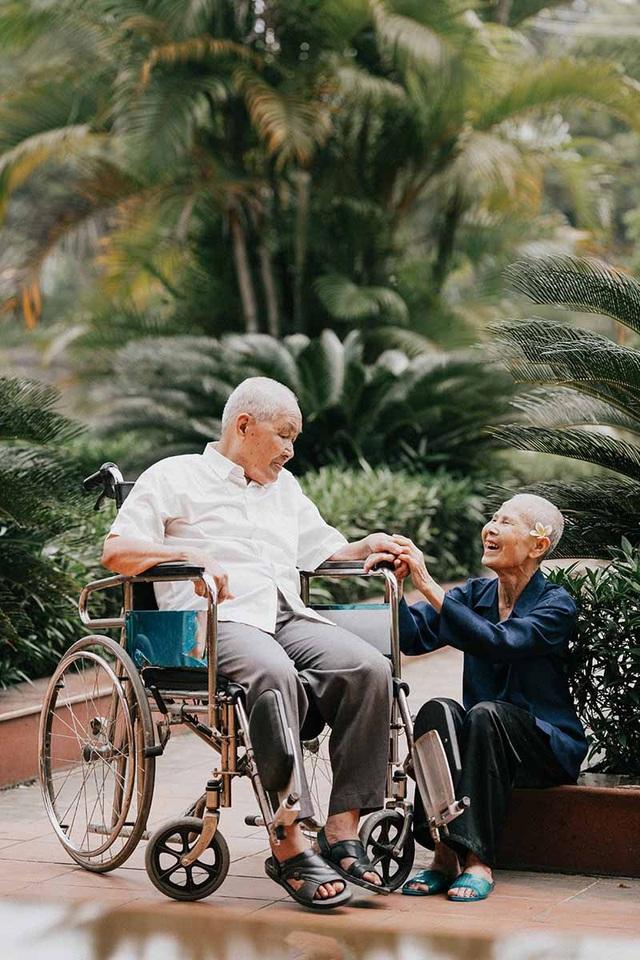Chuyện tình cảm động sau bộ ảnh kỷ niệm 65 năm ngày cưới bên xe lăn - 12