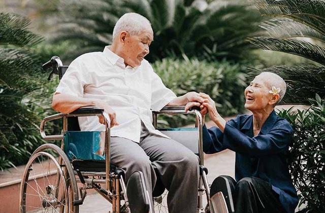 Chuyện tình cảm động sau bộ ảnh kỷ niệm 65 năm ngày cưới bên xe lăn - 9
