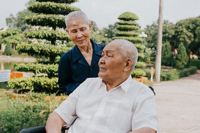 Chuyện tình cảm động sau bộ ảnh kỷ niệm 65 năm ngày cưới bên xe lăn - 11