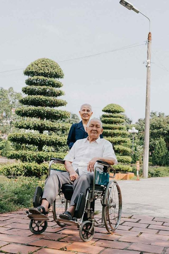 Chuyện tình cảm động sau bộ ảnh kỷ niệm 65 năm ngày cưới bên xe lăn - 10