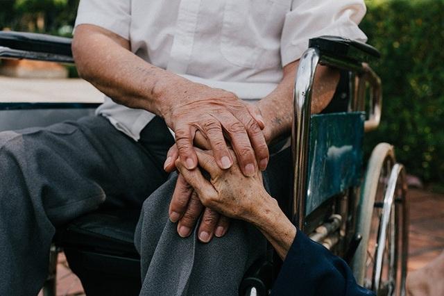 Chuyện tình cảm động sau bộ ảnh kỷ niệm 65 năm ngày cưới bên xe lăn - 8