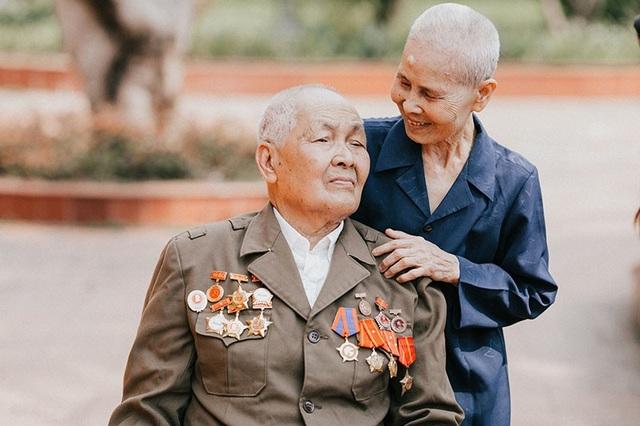 Bây giờ ông Nai phụ thuộc vào xe lăn, bà Sâm vẫn hằng ngày chăm sóc chồng chu đáo, ân cần, ngọt ngào như chính chuyện tình hơn nửa thế kỷ của ông bà.