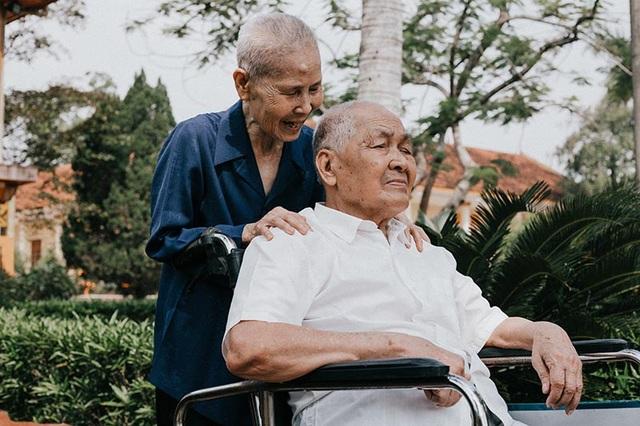 Theo anh Trần Nam chia sẻ, vì thính lực suy giảm nên ông Nai rất khó khăn để nghe được hết những điều người khác nói, thế nhưng bà Sâm vẫn hằng ngày nhẹ nhàng chuyện trò tâm tình cùng người bạn đời của mình.