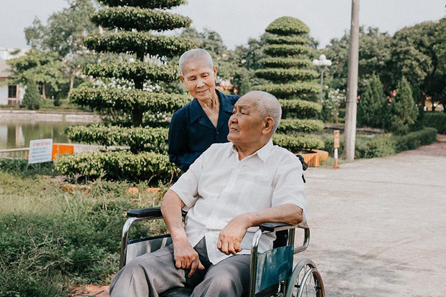 Nhân dịp kỷ niệm 65 năm ngày cưới, ông bà đã được cháu ngoại là anh Trần Nam ghi lại những khoảnh khắc ngọt ngào, ấm áp sau hơn nửa thế kỷ sống cùng nhau. Không cần cầu kỳ, tất cả yêu thương đều được viết bằng sự chân thành và thấu hiểu, đây cũng là điều cốt lõi khiến ông bà cùng vượt qua những khó khăn để nuôi dạy con cái trưởng thành.