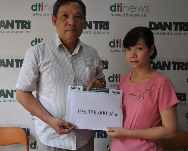 Ông Phạm Huy Thân- Chánh VP báo điện tử Dân trí trao tặng số tiền bạn đọc giúp đỡ cho Hương.