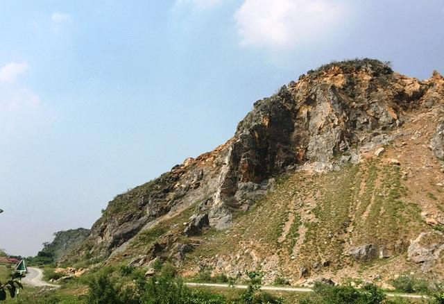 Ngay dưới chân núi khai thác đá là con đường liên tỉnh