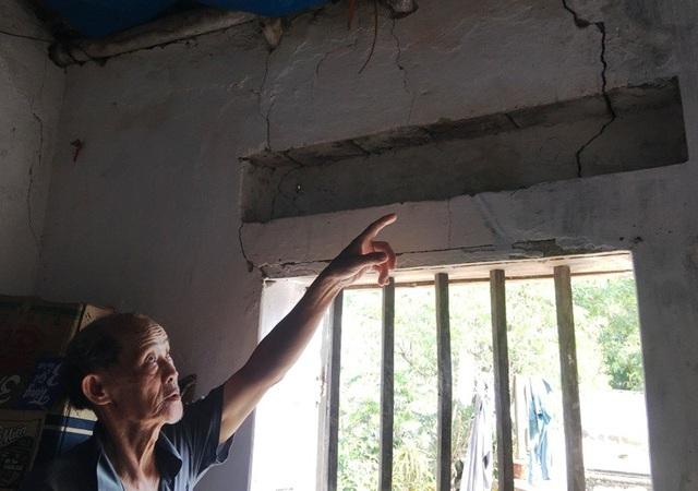 Nhiều nhà dân cũng bị ảnh hưởng nghiêm trọng bởi việc nổ mìn khai thác đá