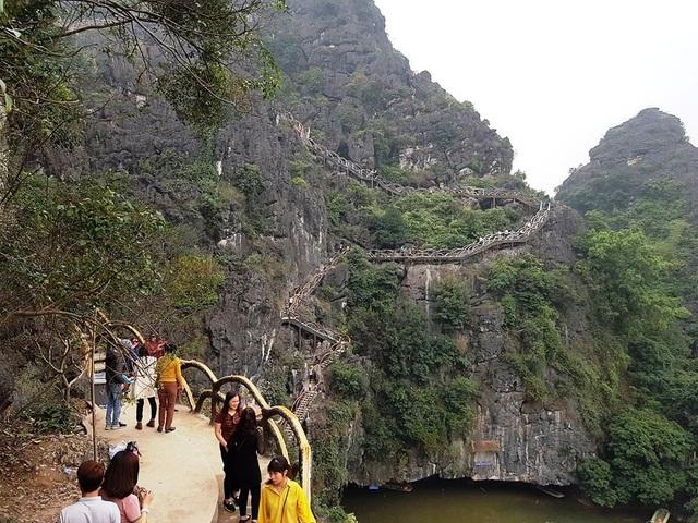 Công trình khủng xâm hại di sản Tràng An (ảnh: Thái Bá)