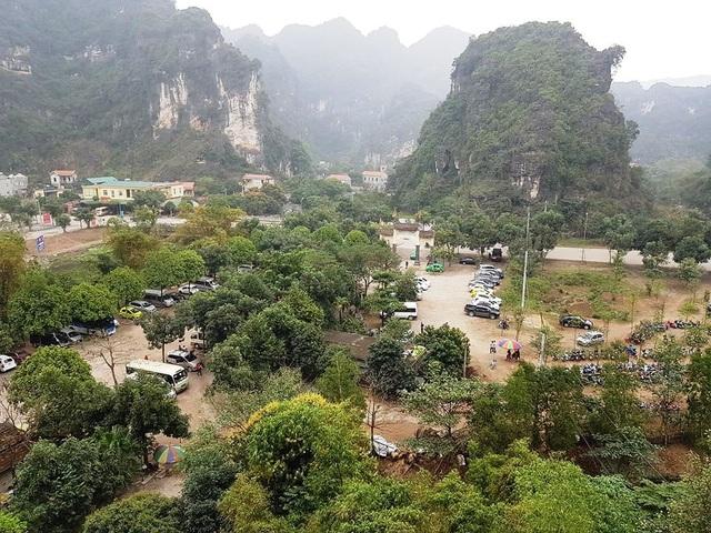 Toàn cảnh khu vực núi Cái Hạ - nơi ông Nguyễn Văn Son - Giám đốc Công ty CP Du lịch Tràng An có nhiều sai phạm vừa được UBND tỉnh Ninh Bình chỉ rõ (ảnh: Thái Bá)