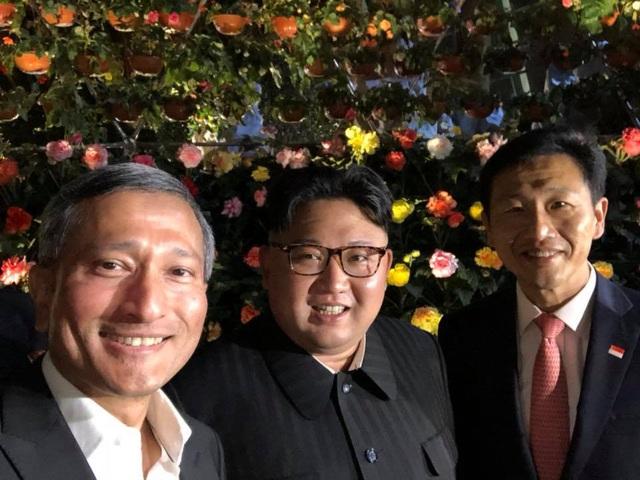Ngoại trưởng Singapore Vivian Balakrishnan (bên trái) và nhà lãnh đạo Triều Tiên Kim Jong-un (giữa) chụp ảnh tự sướng cùng nhau tại Singapore. (Ảnh: Facebook/Vivian Balakrishnan )