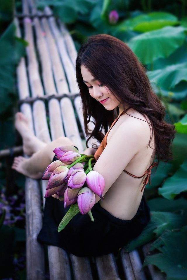 Thiếu nữ Hà Nội khoe vai trần gợi cảm bên hoa sen - 14