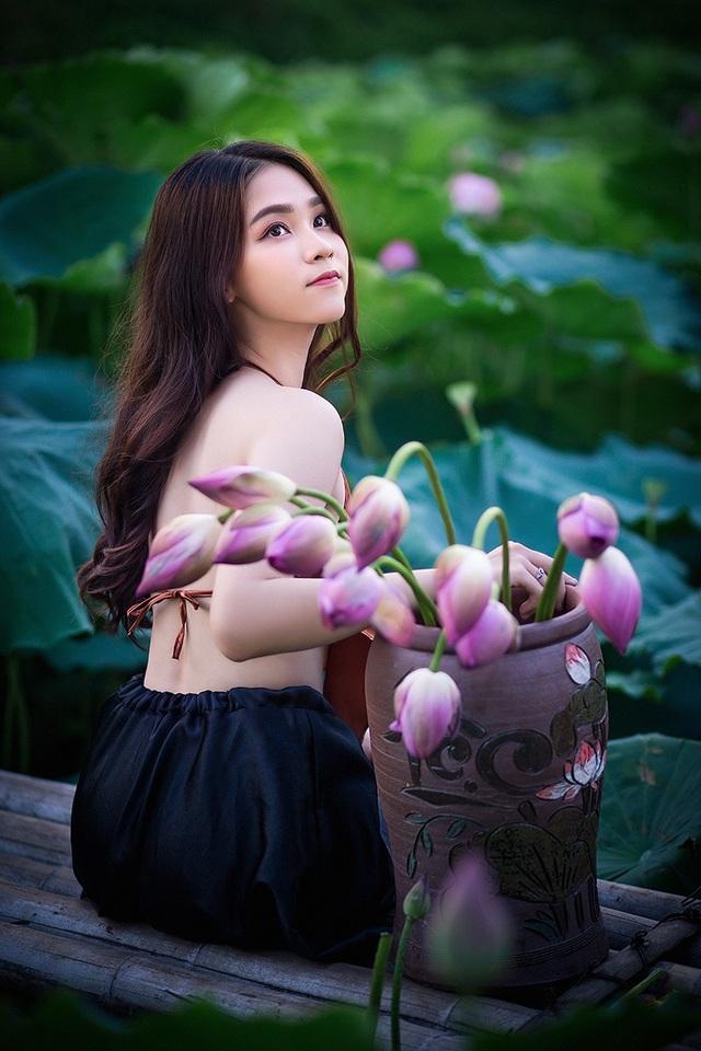 Thiếu nữ Hà Nội khoe vai trần gợi cảm bên hoa sen - 13