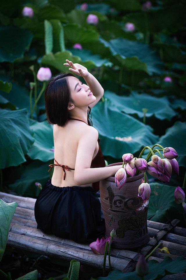 Thiếu nữ Hà Nội khoe vai trần gợi cảm bên hoa sen - 10