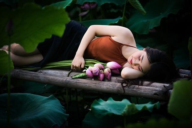 Thiếu nữ Hà Nội khoe vai trần gợi cảm bên hoa sen - 8