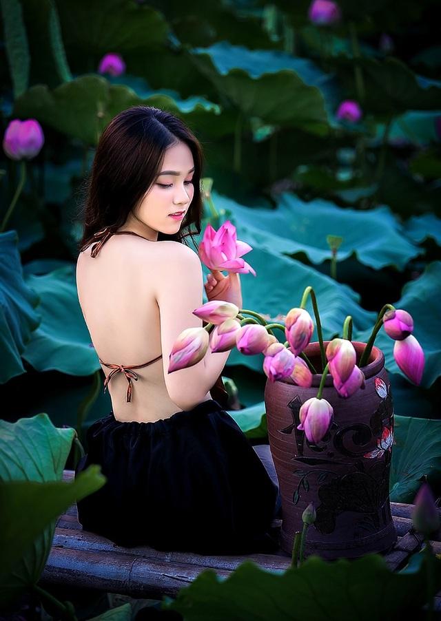 Thiếu nữ Hà Nội khoe vai trần gợi cảm bên hoa sen - 7