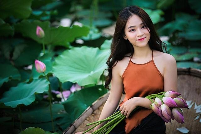 Thiếu nữ Hà Nội khoe vai trần gợi cảm bên hoa sen - 6