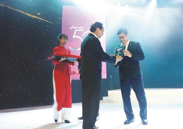 Ông Bùi Xuân Huy, Tổng Giám đốc Tập đoàn Novaland nhận chứng nhận Top 50 Công ty kinh doanh hiệu quả nhất Việt Nam.jpg