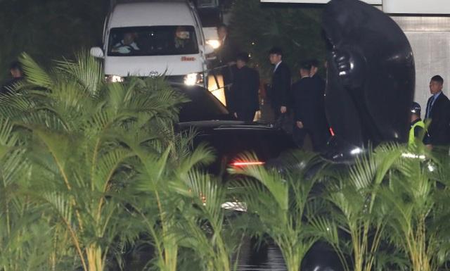 Đội cân vệ của ông Kim Jong-un bên ngoài khách sạn nơi ông lưu trú (Ảnh: Yonhap)