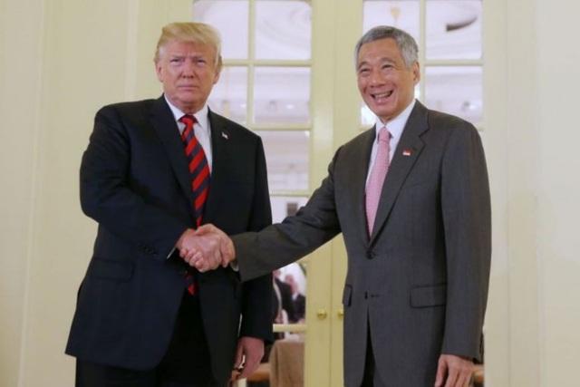Tổng thống Donald Trump hôm nay 11/6 đã có bữa ăn trưa kết hợp làm việc với Thủ tướng Singapore Lý Hiển Long. Hai nhà lãnh đạo đã bắt tay nhau trước sự chứng kiến của truyền thông vào lúc 12h45 trước khi bắt đầu sự kiện. (Ảnh: ST)