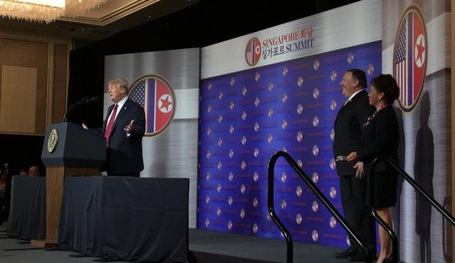 """""""Chúng tôi đã có nhiều cuộc gặp chi tiết và quan trọng tính đến hiện tại, bao gồm cả cuộc họp vào sáng nay với phía Triều Tiên. Tổng thống đã chuẩn bị sẵn sàng cho cuộc gặp ngày mai với Chủ tịch Kim Jong-un. Lập trường của Mỹ vẫn rõ ràng và không thay đổi"""", Ngoại trưởng Pompeo cho biết. Trong ảnh: Tổng thống Trump phát biểu tại Đại sứ quán Mỹ ở Singapore ngày 11/6. (Ảnh: Twitter/scavino45)"""