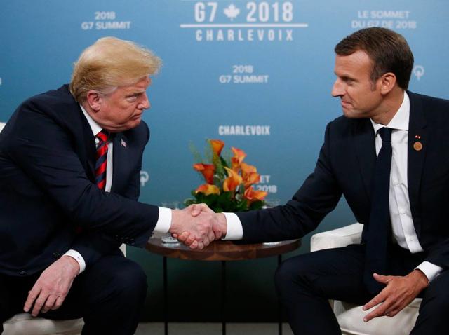Tổng thống Trump và Tổng thống Macron bắt tay trong cuộc gặp tại thượng đỉnh G7 ở Canada (Ảnh: Sputnik)
