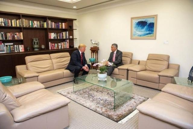 Trước đó hai nhà lãnh đạo đã có cuộc họp riêng tại dinh tổng thống Singapore Istana. Ông Trump đã đặt chân xuống căn cứ không quân Paya Lebar vào tối qua sau khi kết thúc các cuộc họp tại thượng đỉnh G7 ở Canada. (Ảnh: Twitter/scavino45)