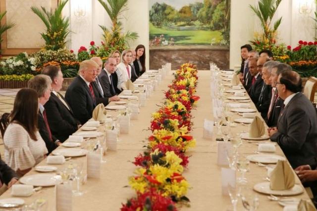 """""""Chúng tôi sẽ có một cuộc gặp rất thú vị vào ngày mai, và tôi nghĩ mọi chuyện sẽ diễn ra rất tốt đẹp"""", Tổng thống Trump nói với Thủ tướng Lý Hiển Long khi cả hai bắt đầu bữa trưa tại dinh tổng thống Istana. (Ảnh: ST)"""