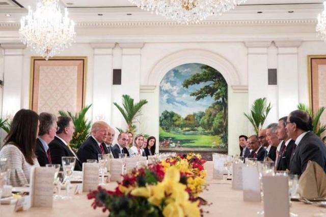 """""""Chúng tôi trân trọng lòng hiếu khách, sự chuyên nghiệp và tình hữu nghị của các bạn. Cảm ơn các bạn rất nhiều"""", Tổng thống Trump nói trên bàn ăn. (Ảnh: Twitter/scavino45)"""