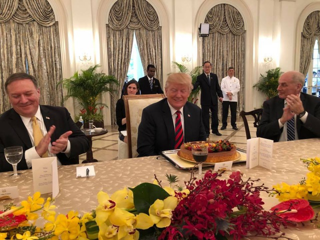 Một động thái bất ngờ đã diễn ra trong bữa ăn trưa khi các quan chức Mỹ và Singapore chúc mừng sinh nhật của Tổng thống Trump. Ông chủ Nhà Trắng sẽ bước sang tuổi 72 vào ngày 14/6 tới. (Ảnh: Facebook Vivian Balakishnan)