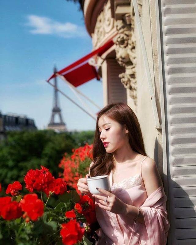 Để có bức ảnh tận hưởng tách trà buổi sáng ở một nơi đẹp thế này, cô nàng phải chi không ít tiền