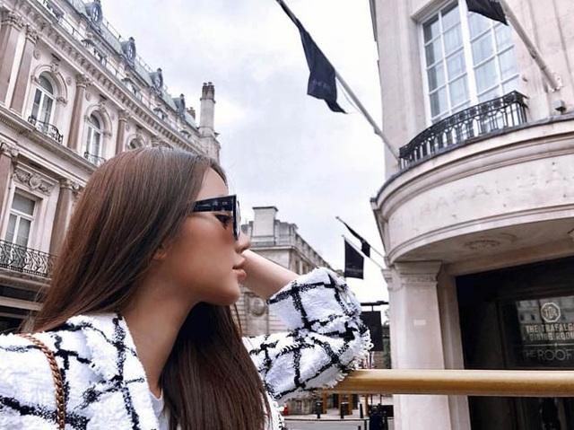 Jolie Nguyễn là một trong ba cô gái đầu tiên xuất hiện trên Hội con nhà giàu Việt Nam được báo nước ngoài đăng tải