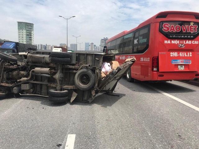 Hiện trường xảy ra vụ việc, chiếc xe tải lật ngửa, chắn ngang đường vành đai 3 trên cao.