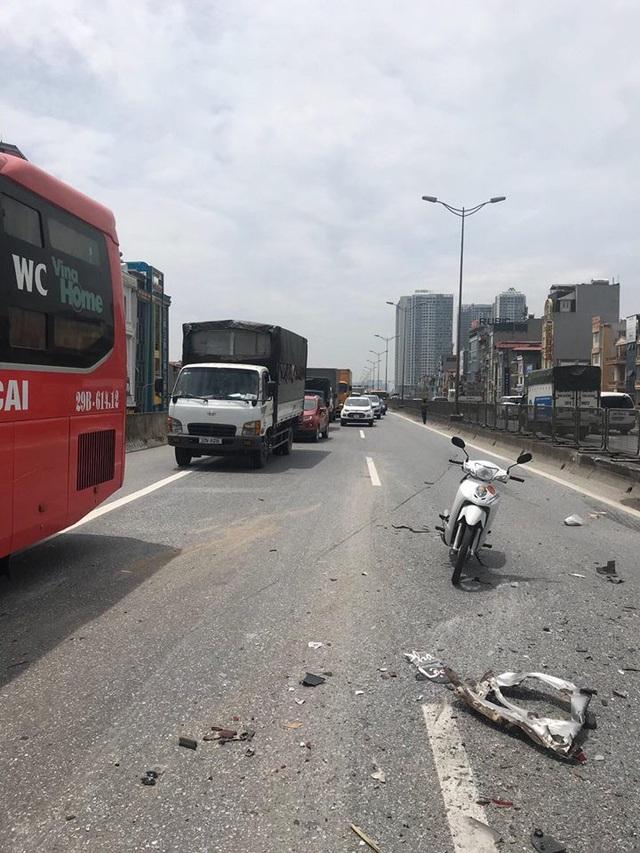 Nhiều mảnh vụn từ vụ va chạm văng ra giữa đường, lực lượng chức năng phải vất vả phần luồng giao thông.