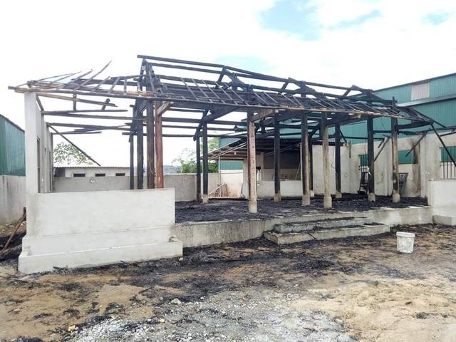 Ngôi nhà bị Phong châm lửa đốt trong đêm.