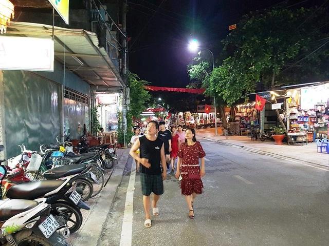 Du khách tham quan phố đi bộ và chợ ẩm thực Tam Cốc.