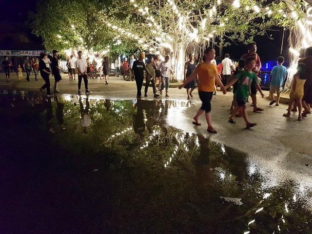 Nước mưa đọng thành vũng lớn ngay tại trung tâm phố đi bộ nhưng không được dọn dẹp gây mất mỹ quan.