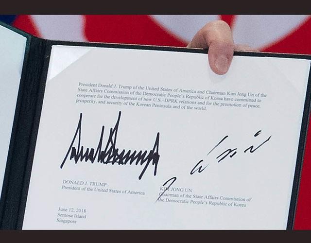Cận cảnh chữ ký của Tổng thống Trump (trái) và nhà lãnh đạo Kim Jong-un trong tuyên bố chung tại Singapore (Ảnh: New.com.au)