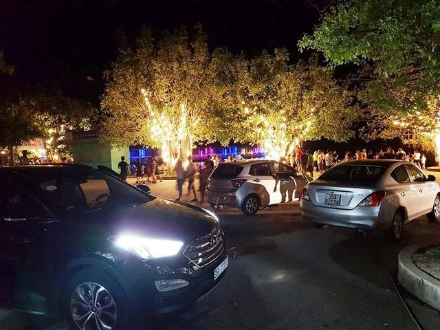 Tại khu vực trung tâm bến thuyền cũng là trung tâm khu phố đi bộ và chợ ẩm thực, xe ô tô đỗ la liệt khắp nơi chắn hết không gian qua lại của khách du lịch khiến nhiều người bức xúc.