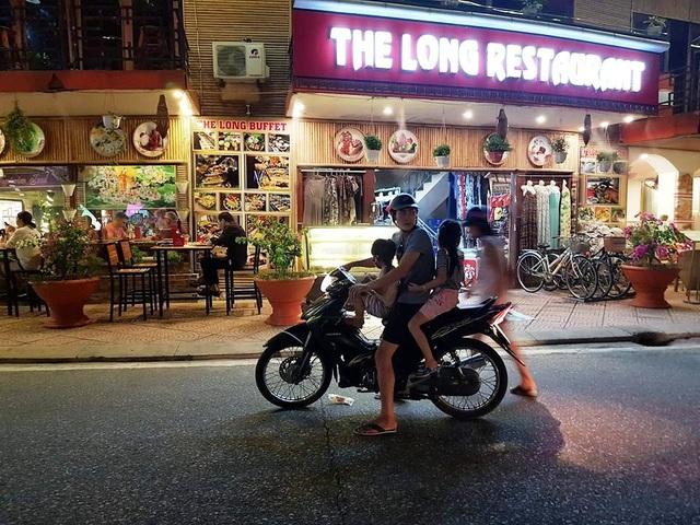 Đâu đâu cũng bắt gặp xe đạp điện, xe máy lượn lờ khắp phố.
