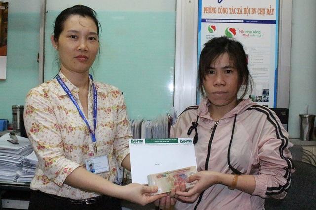 Đại diện Bệnh viện Chợ Rẫy trao tiền bạn đọc Dân trí hỗ trợ cho chị Kim Thanh