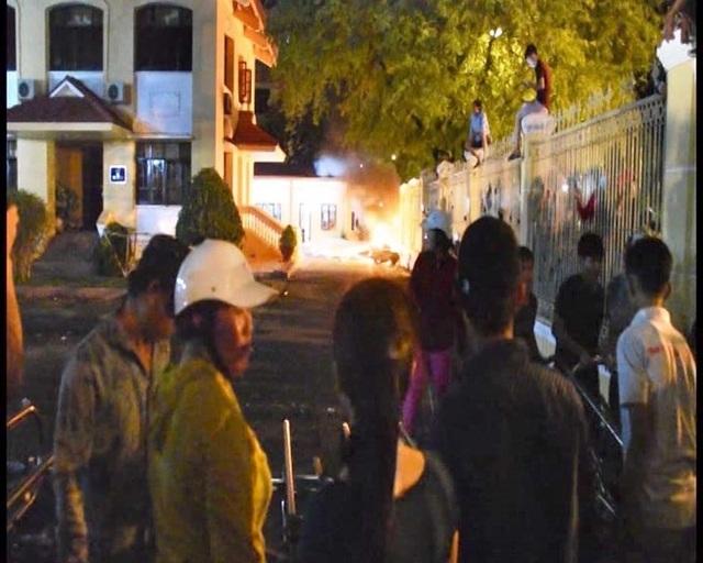Một số đối tượng gây rối tại Ủy ban nhân dân tỉnh Bình Thuận ngày 10/6 (ảnh: Bộ Công an)